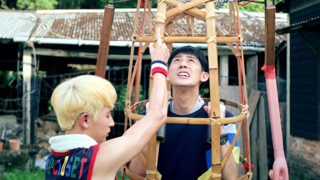 林暉閔(左)指導李玉璽如何舉神將。圖/東森、映畫提供
