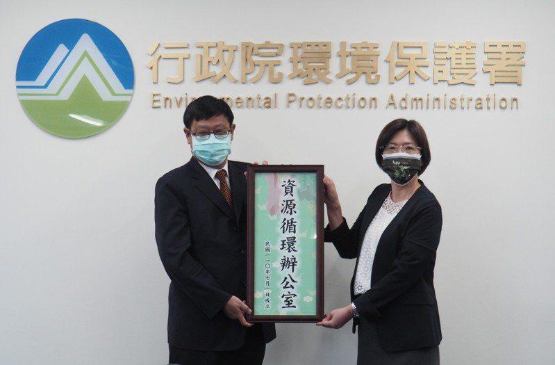 環保署成立資源循環辦公室,環保署長張子敬(左)與資源循環辦公室主任賴瑩瑩合影。圖/環保署提供