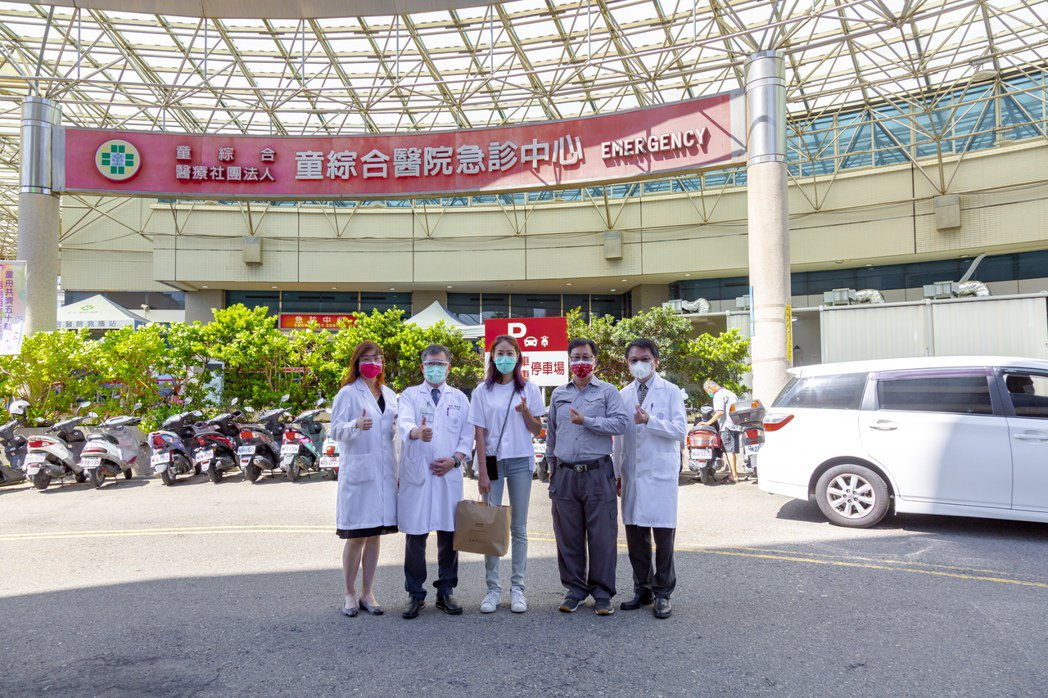 藝人賈永婕今天送醫療器材到台中童綜合醫院。圖/童綜合醫院提供