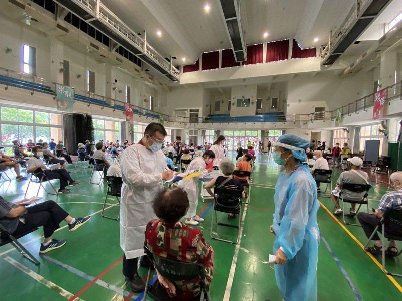台中市南屯區惠文國小快打站昨天上午75歲以上長者接種AZ疫苗,「打氣爆棚」,還有長者打不到。記者趙容萱/攝影