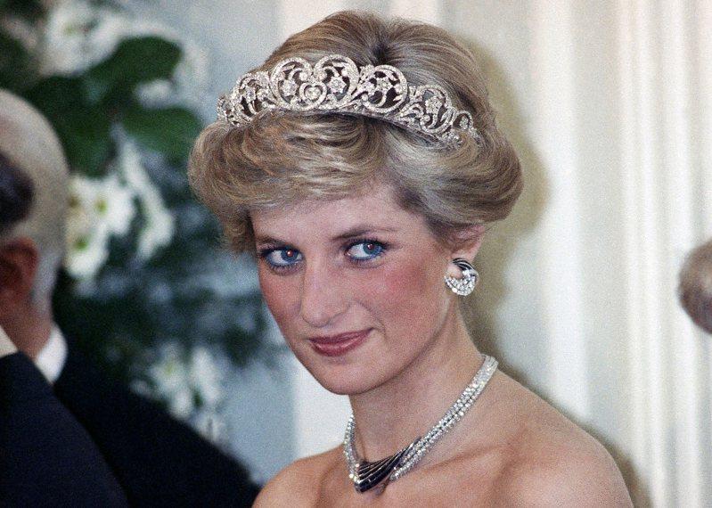 黛安娜王妃在世短短36個年頭,但她的一生魅力四射,她的人生故事及造型風格仍持續影響後人。美聯社