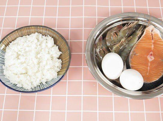 邵庭準備做蝦鬆鮭魚飯給狗小孩吃。圖/邵庭提供