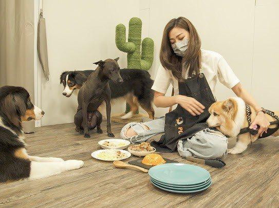 邵庭經常做鮮食給家裡的狗狗吃。圖/邵庭提供