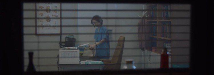 田美都飾演的蔡頌和在第二集也詮釋白色FENDI Peekaboo ISeeU。圖...