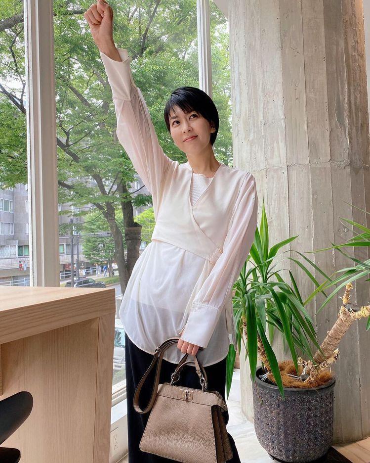 松隆子在《大豆田永久子與三個前夫》身穿3.1 Phillip Lim的白色上衣,...