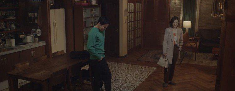 第一集五人幫團練結束後,田美都飾演的蔡頌和提著白色FENDI Peekaboo ...