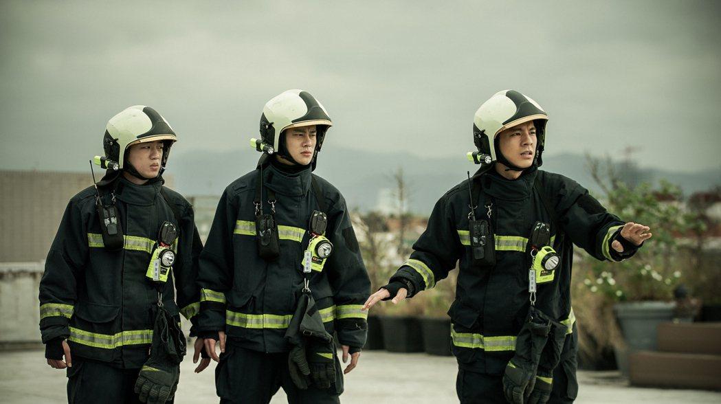 謝章穎(左起)、夏騰宏、林柏宏在「火神的眼淚」中,一場在天台搶救欲輕生民眾的戲。...