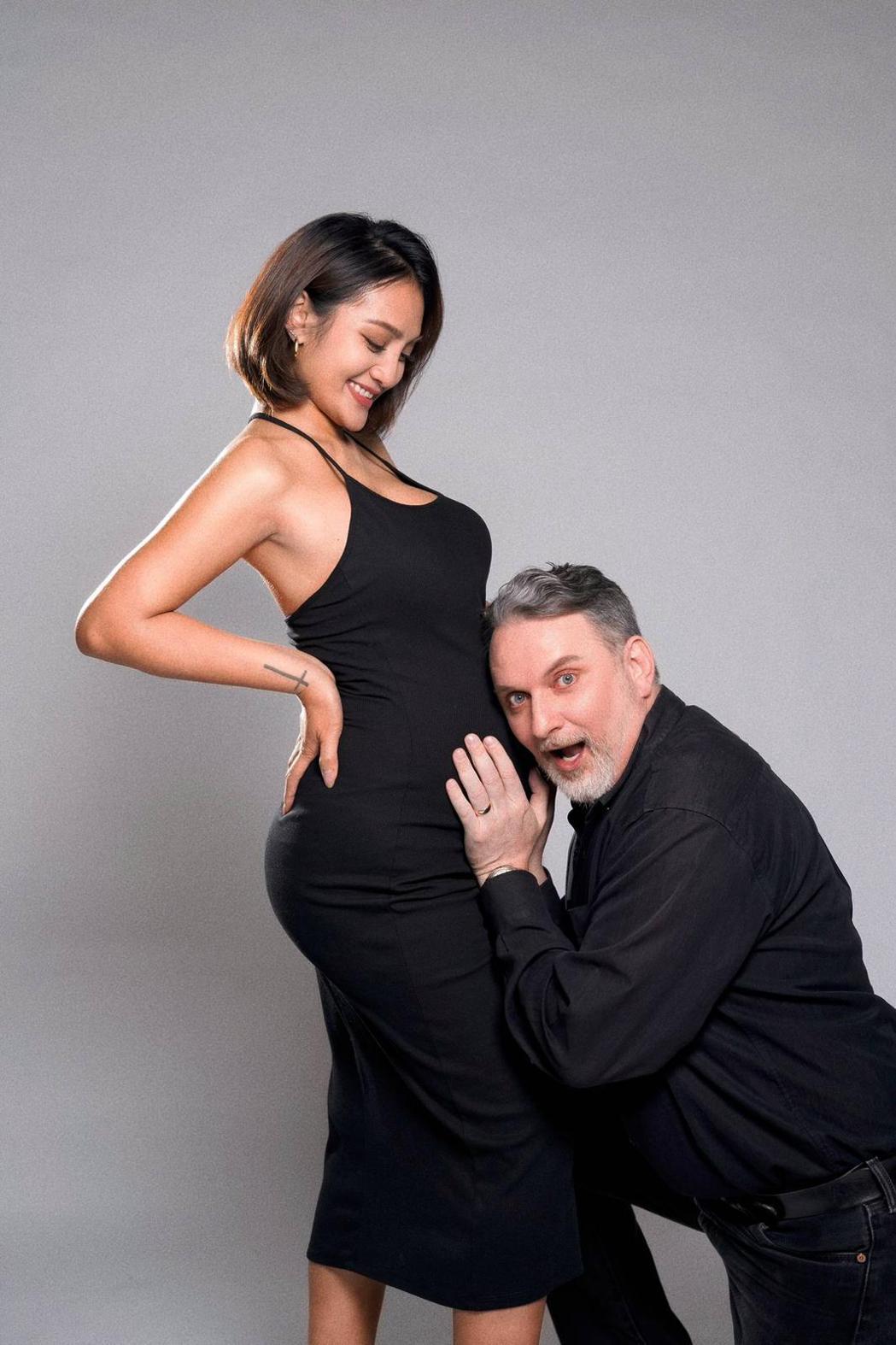 葉瑋庭(左)和老公Russell很期待女兒出生。圖/沐比專業攝影提供