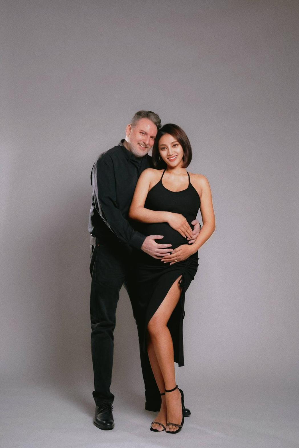 葉瑋庭(右)和加拿大籍老公Russell結婚3年多。圖/沐比專業攝影提供