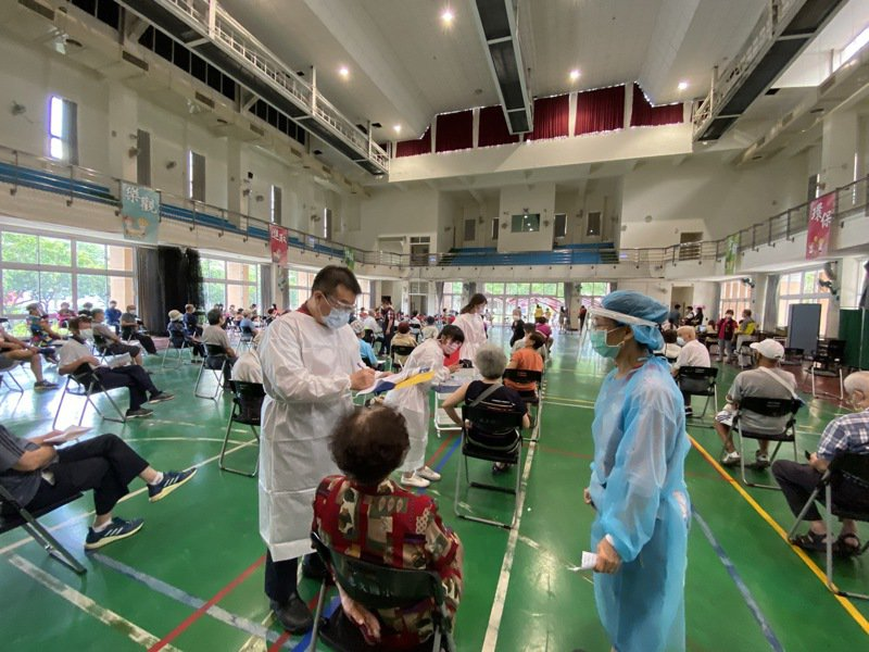 台中市南屯區惠文國小快打站昨天75歲以上長者接種AZ疫苗踴躍。市府統計,台中市疫苗接種率為10%。記者趙容萱/攝影