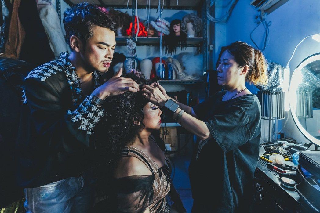 郭蘅祈(中)與蘇達(左)在微電影「親親壞姊妹」中,飾演一對同志「姊妹」。圖/杰德