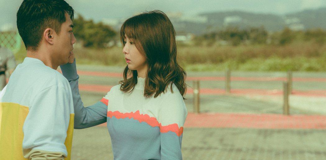 郭書瑤(右)在「再說一次我願意」與蔡凡熙有浪漫吻戲。圖/皮諾丘電影提供
