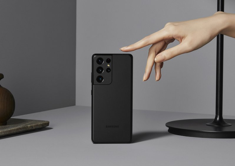 Samsung Galaxy S21 Ultra 5G於2021世界行動通訊大會(MWC)中,獲頒全球行動大獎(GLOMO獎)之「最佳智慧型手機」獎項。圖/三星提供
