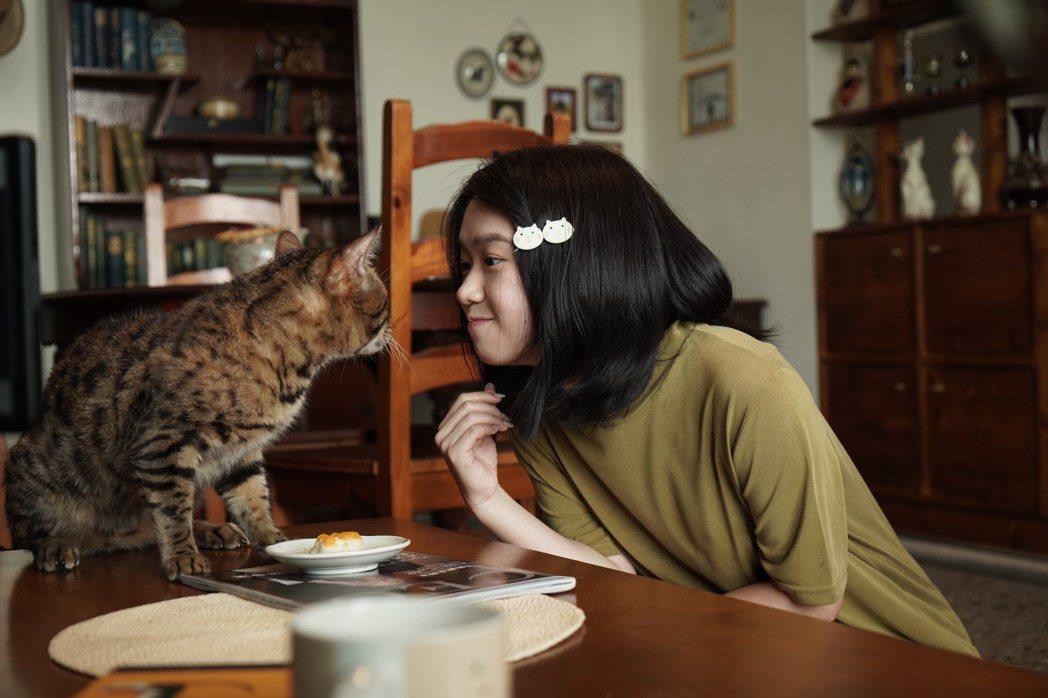 嚴正嵐在「我的老闆是隻貓」戲中有許多與貓咪的可愛互動。圖/七十六号原子、myVi...
