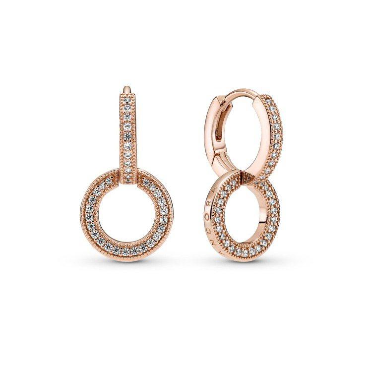 Pandora Signature鍍14k玫瑰金雙環相扣耳環,3,280元。圖/...