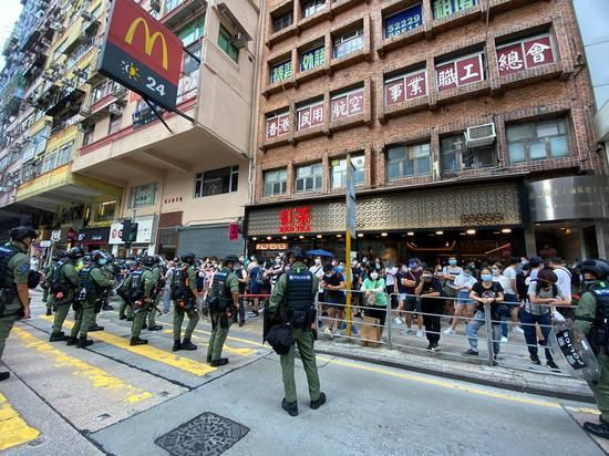 香港警方1日以涉嫌「分發煽動刊物」罪拘捕5男6女。(圖/取自網易)