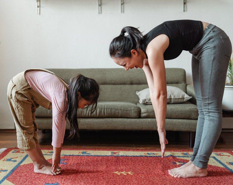 全家人可以一起在家中做簡易體操或瑜伽動作,保持運動習慣也能增加與孩子互動機會。圖/摘自pexels