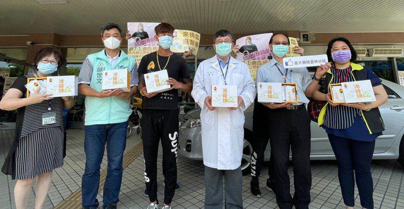 雲林桶仔雞業者鄭敬仁(左三)昨備千分滴雞精送給台大雲林分院醫護及捐血站。圖/台大雲林分院提供