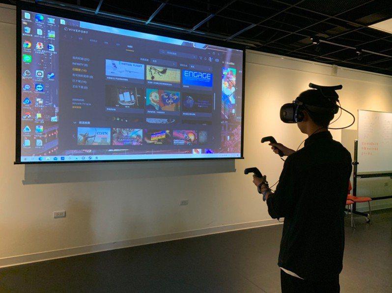 新竹忠信學校建置「AI智慧教室」,學生可以使用VR虛擬實境等科技化設備。圖/新竹忠信學校提供