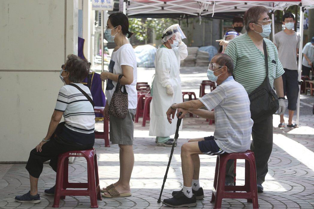 一個簡單的動作,保護更多的長輩,讓他們更願意放心施打AZ疫苗。 圖/美聯社