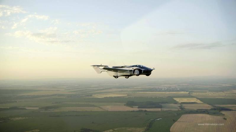 飛行車AirCar由斯洛伐克公司Klein Vision研發。它6月28日在尼特拉國際機場進行試飛。圖/取自Klein Vision
