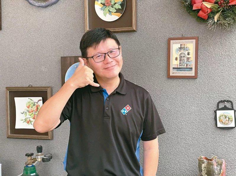 連鎖披薩店加盟主49歲的吳旻融,每年自掏腰包捐20萬元設立獎學金,幫助清寒學生。...