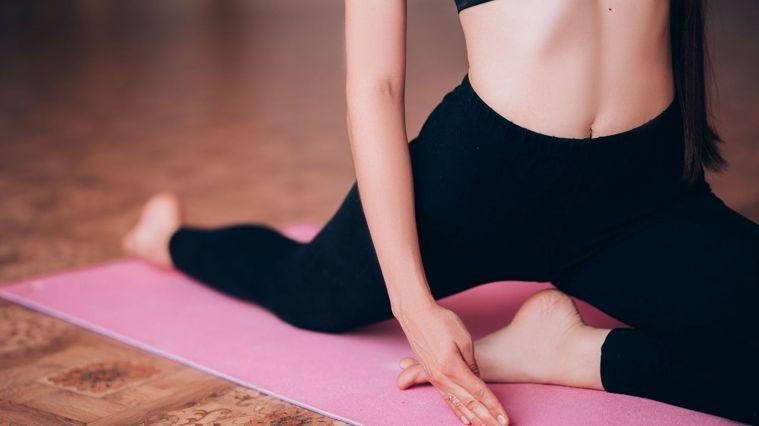 15分鍾全身拉筋,不僅可以在運動後做全身性的放鬆,也適合當作早晨瑜珈喚醒身體。圖...