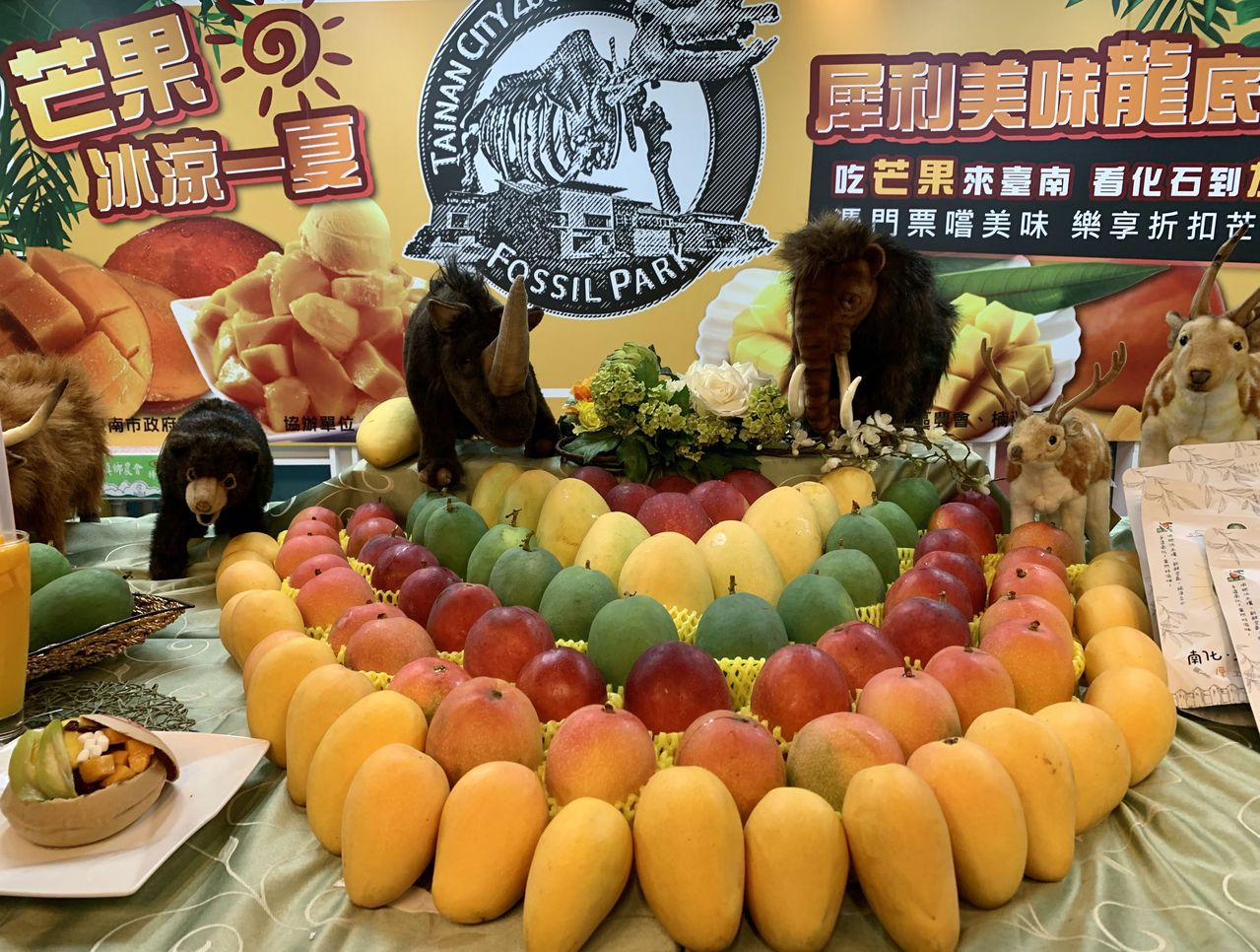 夏天進入芒果產季,各式紅黃芒果香甜誘人。 圖/吳淑玲 攝影