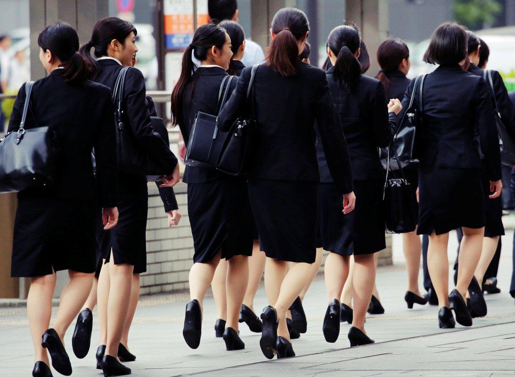 在中央公務員中人口稀少的女性,對於這些勞動環境和文化,有著更深刻且痛苦的體認。 ...