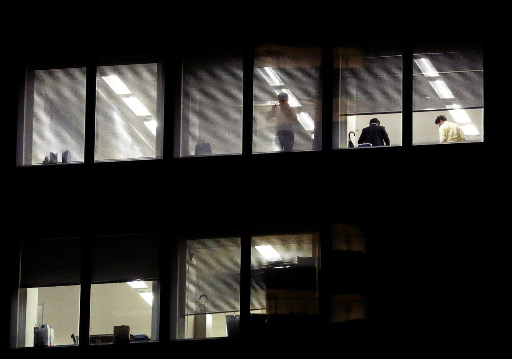 目前日本判斷過勞死,也就是俗稱的「過勞死線」是以發病前1個月加班超過100小時、...