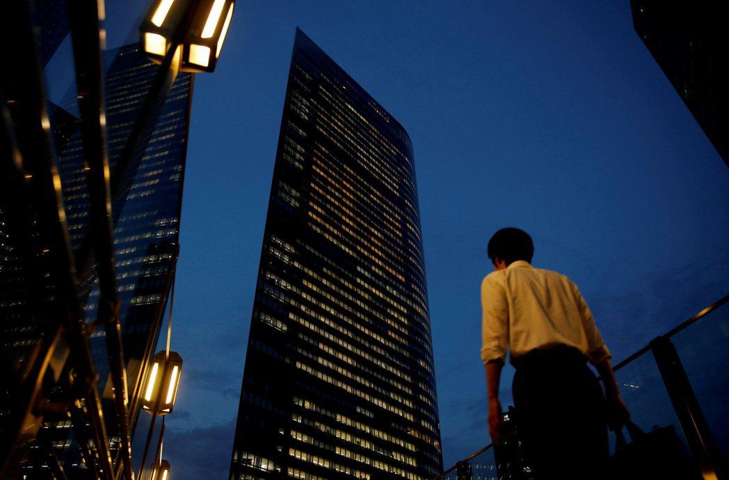 日本在1994年即制定法定工時規定每周40小時,但與過勞最為相關的超時加班問題,...