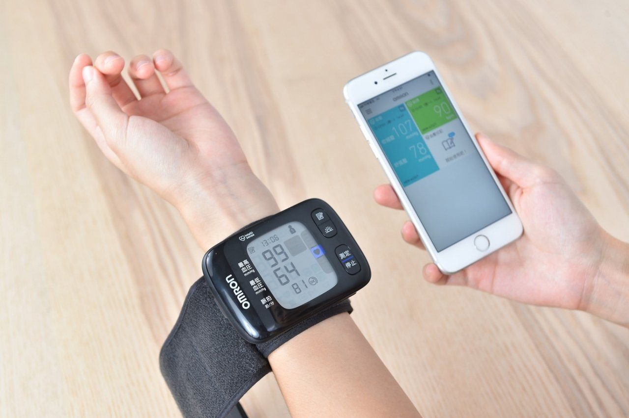 業者推出的血壓計中,也附有藍牙功能,可傳輸健康數據到手機中,方便民眾做數據統計及...