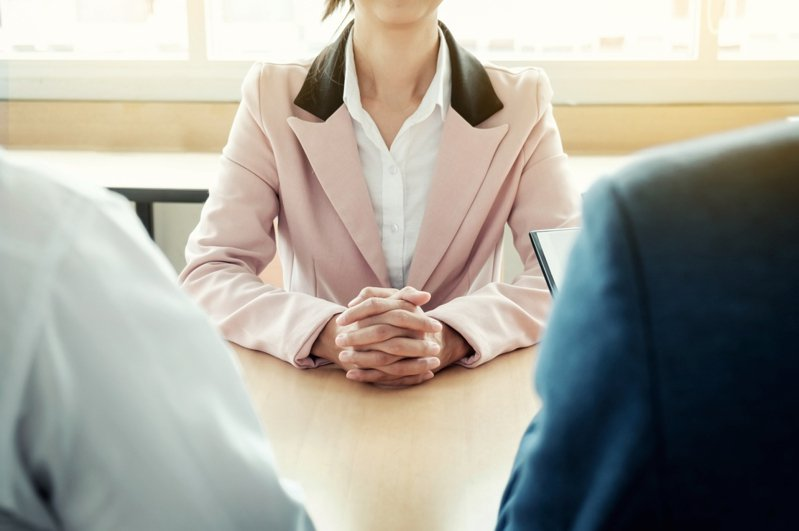一名女網友應徵一家公司後卻遲遲等不到回覆,致電人資卻只得到7個字回答。 圖/ingimage