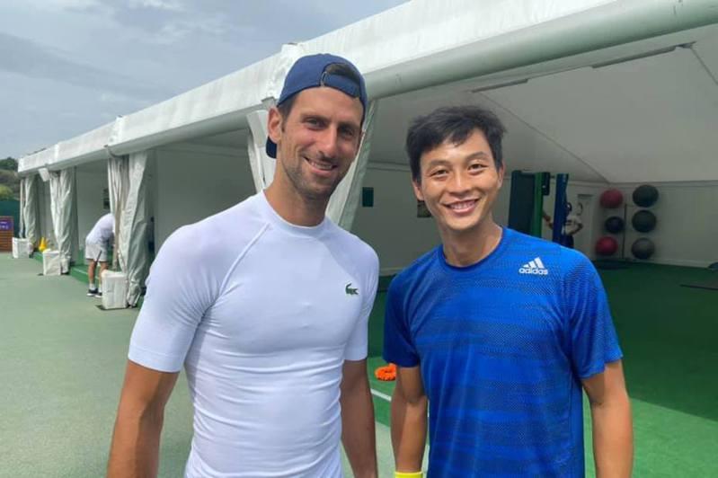 世界球王約克維奇(Novak Djokovic)與盧彥勳合影。 取自盧彥勳臉書粉絲專頁