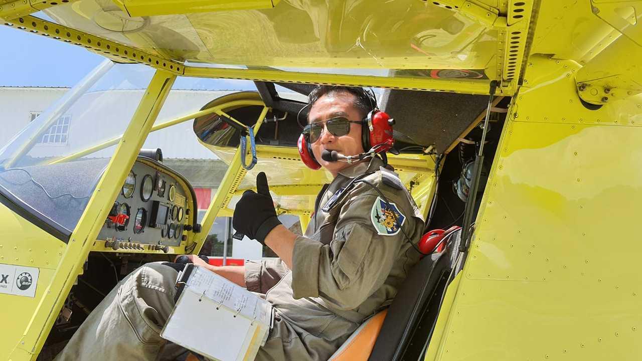 原本擔任導遊的高林俊偉因疫情結束了事業,但他勇敢追夢,現已取得輕航機執照,翱翔於...
