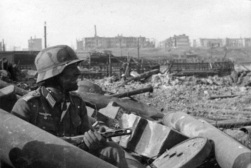 空軍之所以失敗,只是因為這個任務從一開始就不可能成功。圖為一名德軍士兵拿著蘇聯PPSh-41衝鋒槍隱蔽在瓦礫中。  圖/維基共享