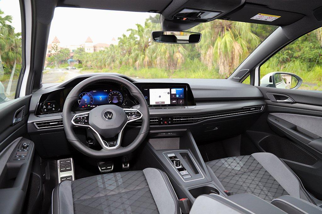 全新第八代福斯Golf的駕駛介面、中控台以及調控模式等大幅躍進,並將Digita...