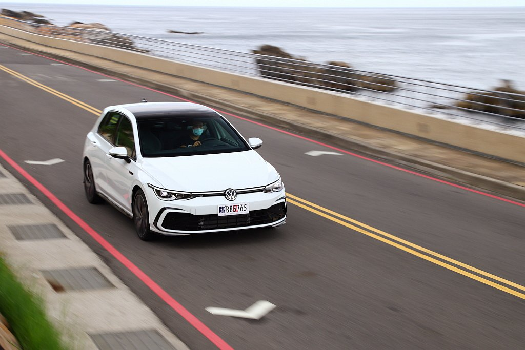 全新第八代福斯Golf將Front Assist車前碰撞預警(含AEB自動輔助緊...
