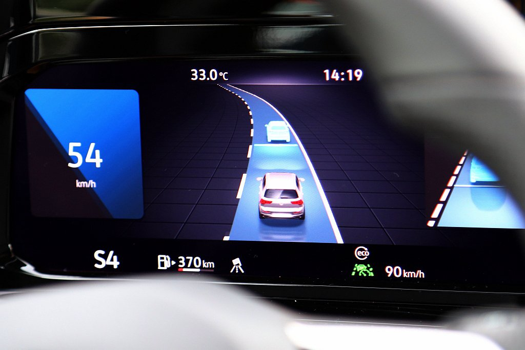 道路虛擬實境顯示功能,能透過數位儀表來顯示前方、兩側且最廣達到三線道的車輛,並能...