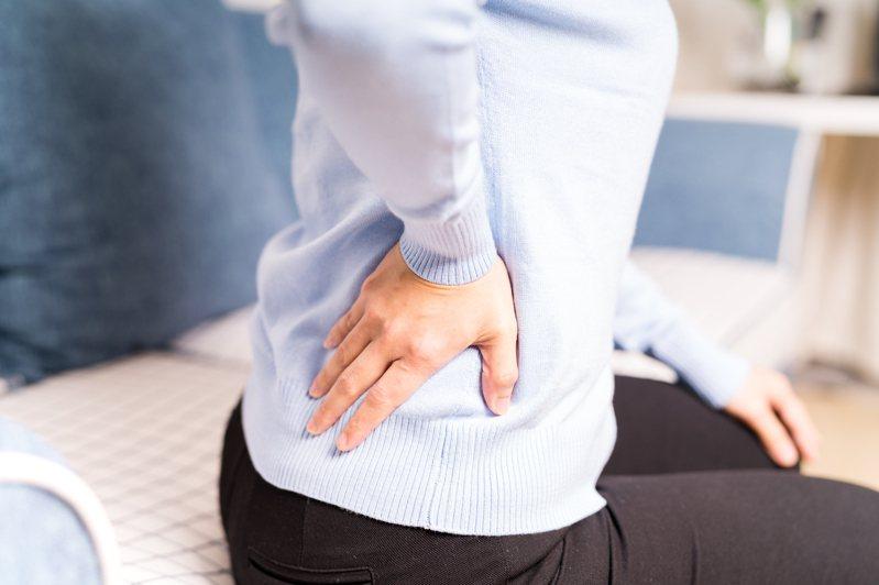 日本外科醫生指出,注意睡眠姿勢、枕頭等細節,就能改善腰痛症狀。圖片來源/ingimage