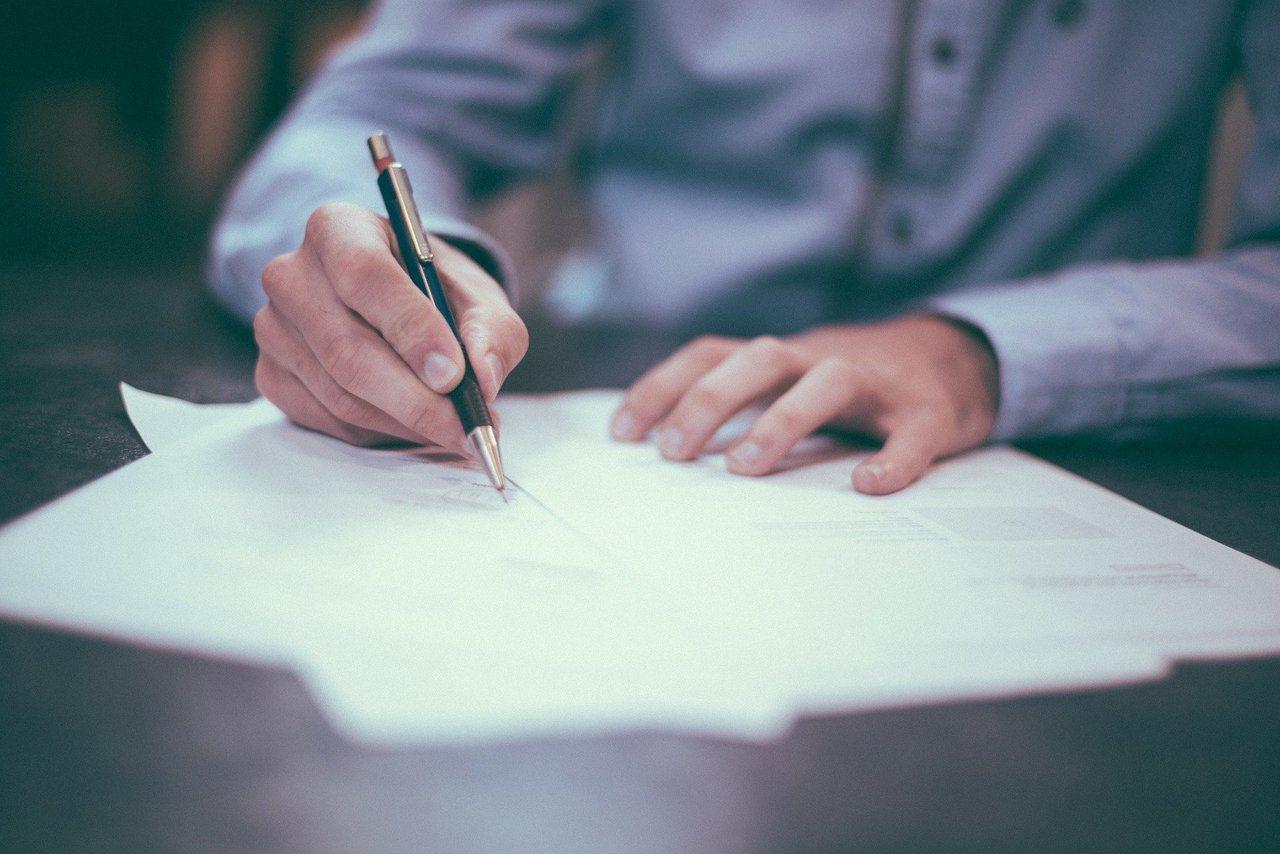 只要一支筆跟一張紙,不用花錢請律師或公證人,人人都可以學會寫出一紙有法律效力又能...