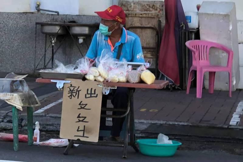一名網友分享,自己偶然看見路邊有位長輩在賣「ㄆㄆㄐㄧ」,好奇直呼「這在賣什麼?」 圖擷自facebook