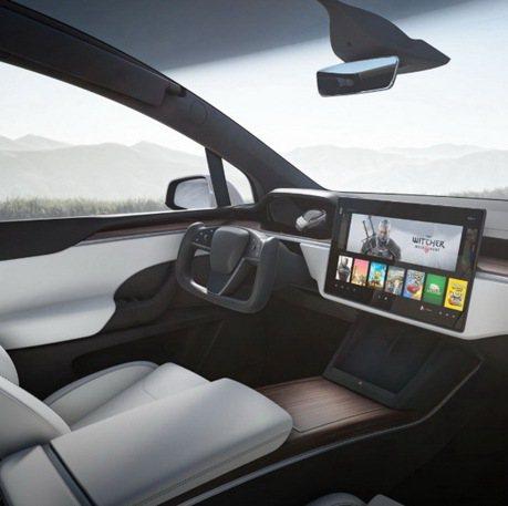 影/Tesla的Yoke平把方向盤有多難用?少了排檔桿也很傻眼!