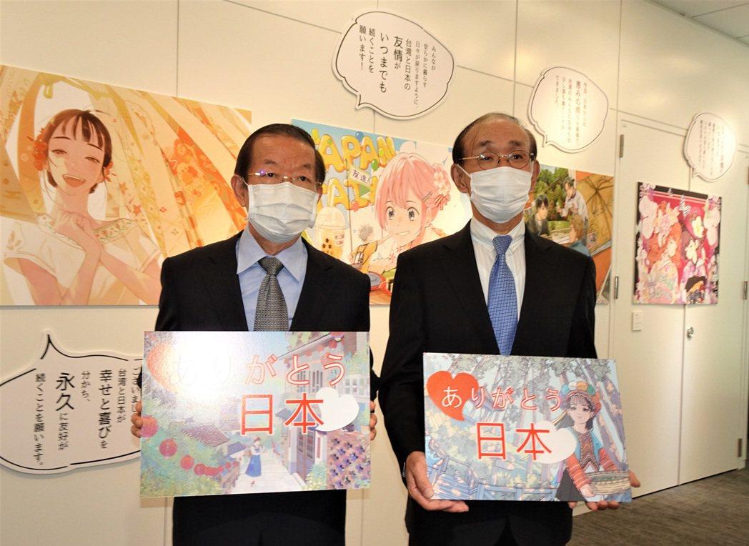 台漫畫家製彩繪稿展 日台交流協會理事長觀展 集結10位台灣漫畫家作品與謝詞的「