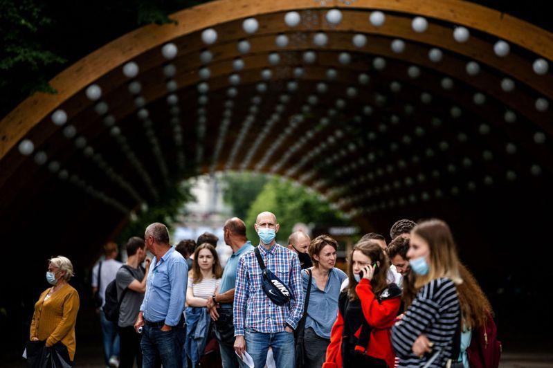 法新社彙整官方數據顯示,截至格林威治標準時間2日10時(台灣2日晚間6時),全球至少395萬7862人死於2019冠狀病毒疾病(COVID-19),至少1億8255萬1180例確診。 法新社