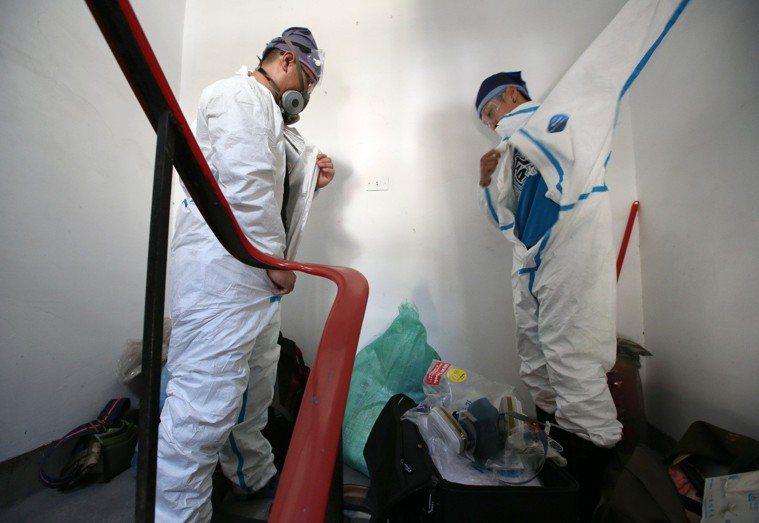 命案現場清理師洪生為多個新冠家屬服務,他不僅溫柔陪伴家屬,還會傳授防疫知識。圖/...