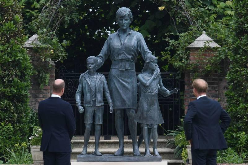 威廉、哈利兩人也被捕捉到一同站在雕像前駐足的畫面,他們表示「我們記得她的愛、力量和性格,讓她成為世界各地向善的動力、使無數人的生活變得更好」。法新社