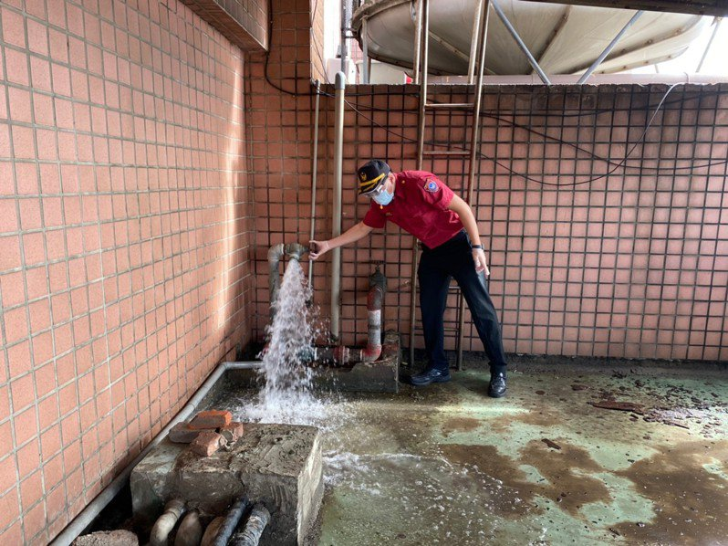 新竹縣消防局與交旅處派員前往縣內6家防疫旅館稽查消防安全,不讓彰化防疫旅館火警悲劇上演。圖/縣府提供