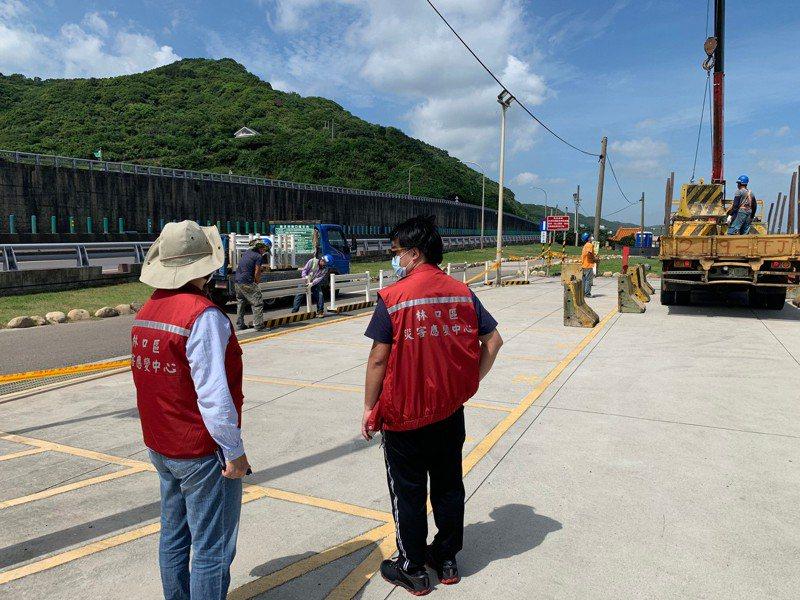 林口公所聯絡廠商調派相關器具至現場進行圍設。圖/林口區公所提供
