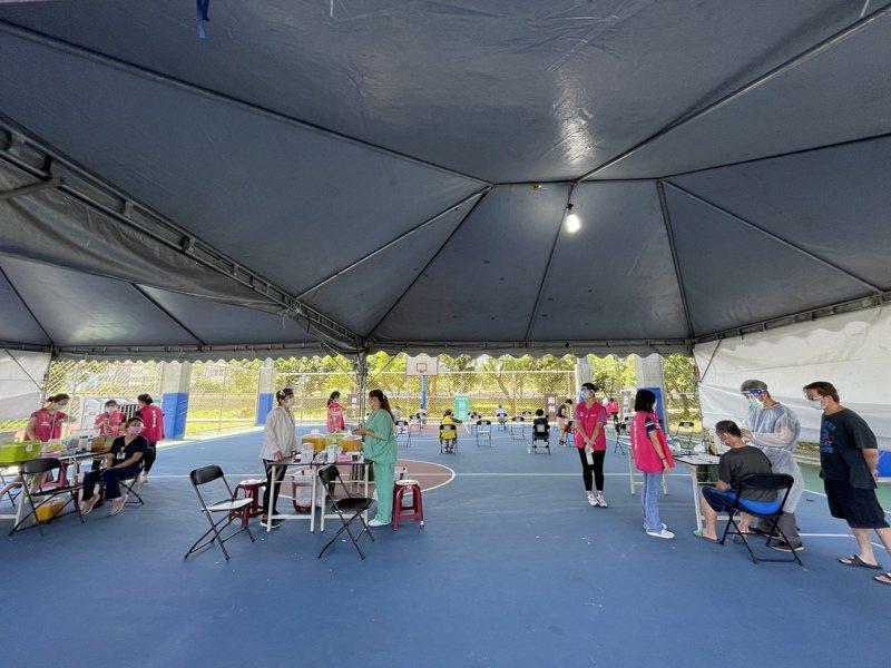 新竹市政府共有9處疫苗施打站,今天首度全面開站,其中位於內湖國中的疫苗施打站今天第1天開站,早上接種40多人。記者張裕珍/攝影